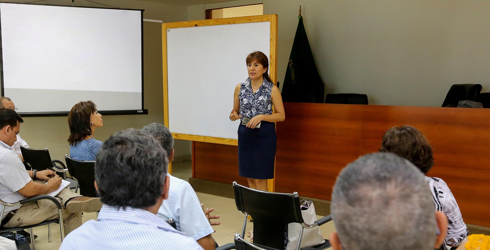 DOCENTES Y ESTUDIANTES CAPACITADOS EN INVESTIGACIÓN CIENTÍFICA